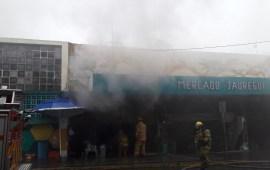 Explosión de tanque de gas en el Mercado Jauregui causa incendio.