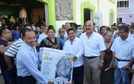 Cumple diputado Eric Domínguez con locatarios de mercados en Papantla