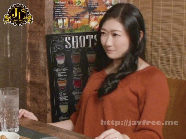 [HD][MEKO-159] 「おばさんを酔わせてどうするつもり?」若い男女で溢れ返る相席居酒屋で一人呑みしている熟女を狙い撃ちで口説いてお持ち帰り!寂しさと欲求不満が募った素人奥さんの乾いたカラダはよく濡れる!!VOL.52