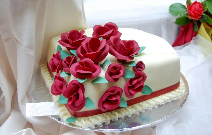 Red Rose Wedding Cakes White wedding cake with red roses