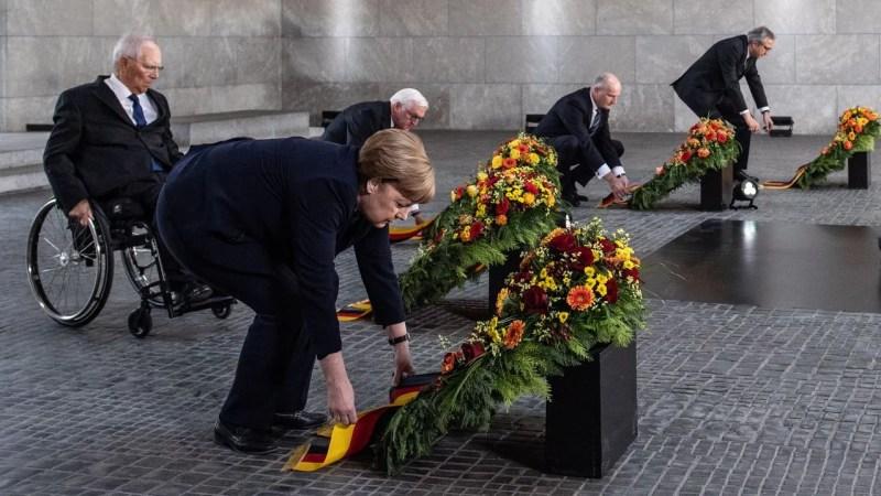 Ofrenda floral en la Neue Wache de la canciller Angela Merkel, el presidente Frank-Walter Steinmeier y los jefes del Bundestag, Wolfgang Schäuble, del Bundesrat, Dietmar Woidke, y  del Tribunal Constitucional, Andreas Voßkuhle