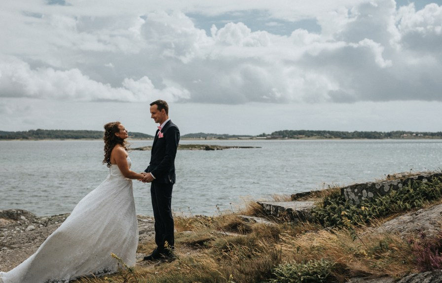 Wedding photographer on the Swedish wets coast portraits  By Tjolöholms castle Therese och Joakims wedding photographer cfoto