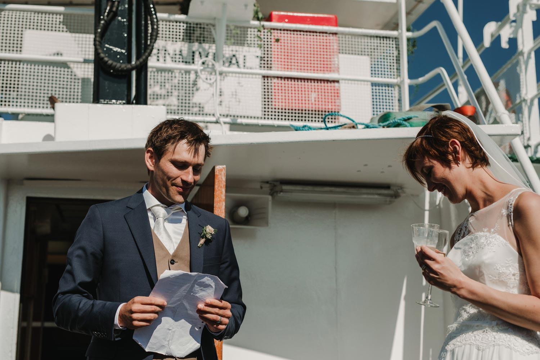 Bröllopsfotograf Käringön CFoto Maria och Petter båtresa med knape
