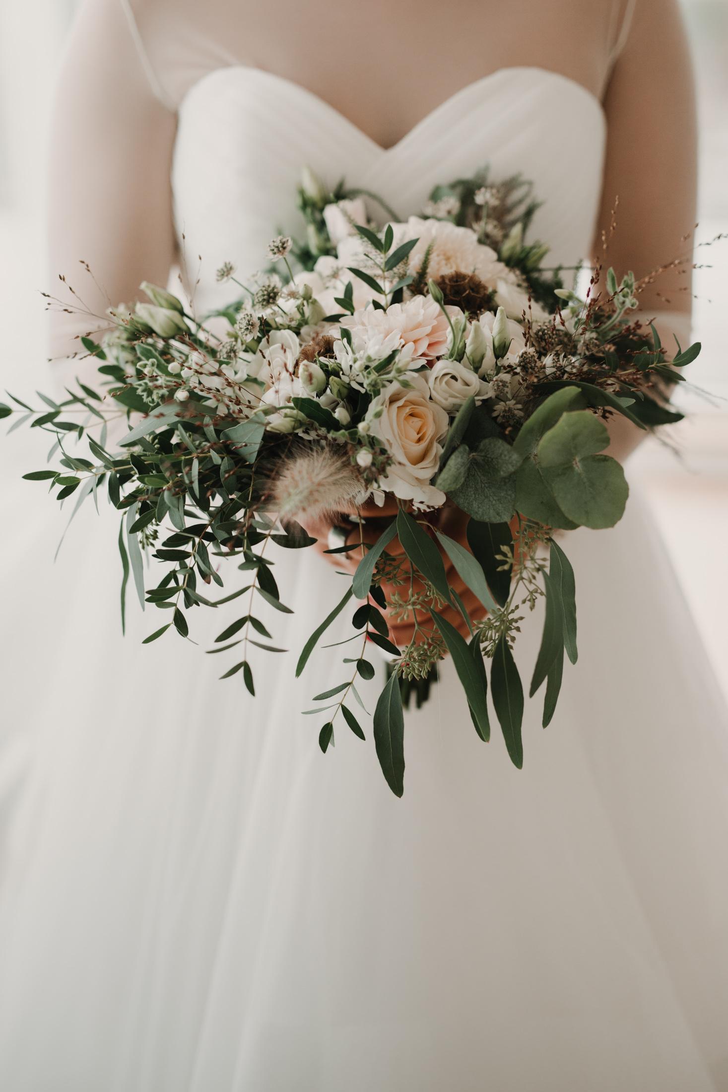 destination wedding photographer Gothenburg Sweden Bröllopsfotograf Göteborg Hjuvik Cattis Fletcher Lisa och max bröllop blombukett