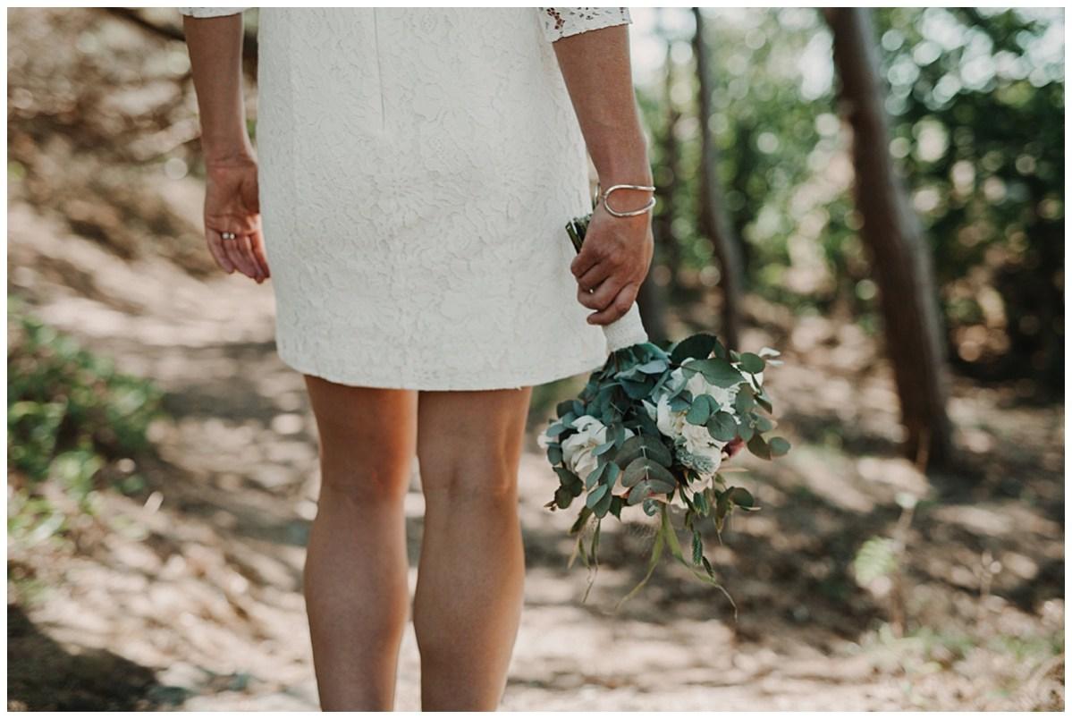 bröllopsfotograf Marstrand  brudklänning och bukett wedding photographer flowers dress