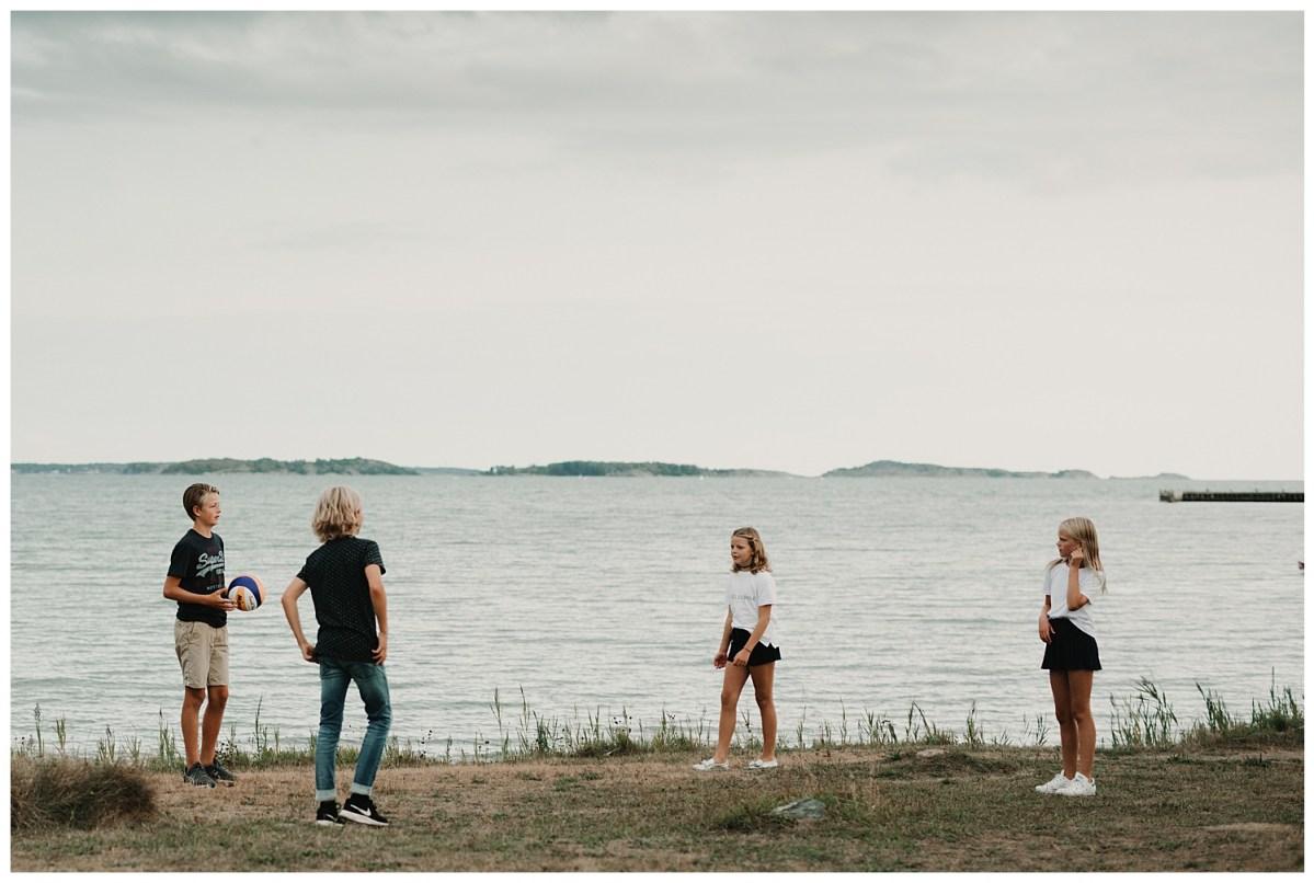 porträttfotograf Kungsbacka Göteborg familjen spelar boll portrait photographer family photoshoot