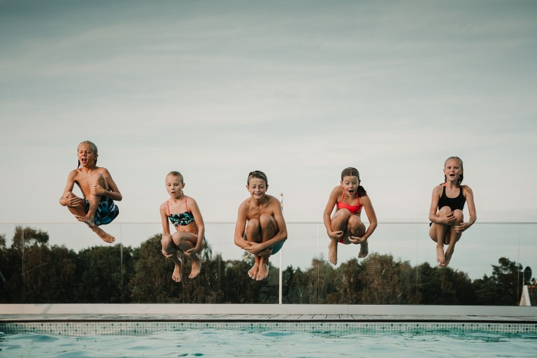 family photoshoot Porträttfotograf göteborg Kungsbacka alla hoppar i polen portrait photographer jumping in the pool