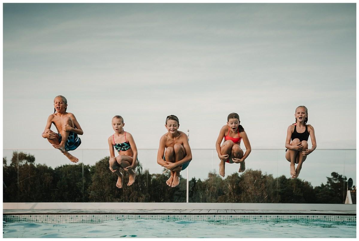 porträttfotograf Kungsbacka Göteborg alla hoppar i poolen portrait photographer