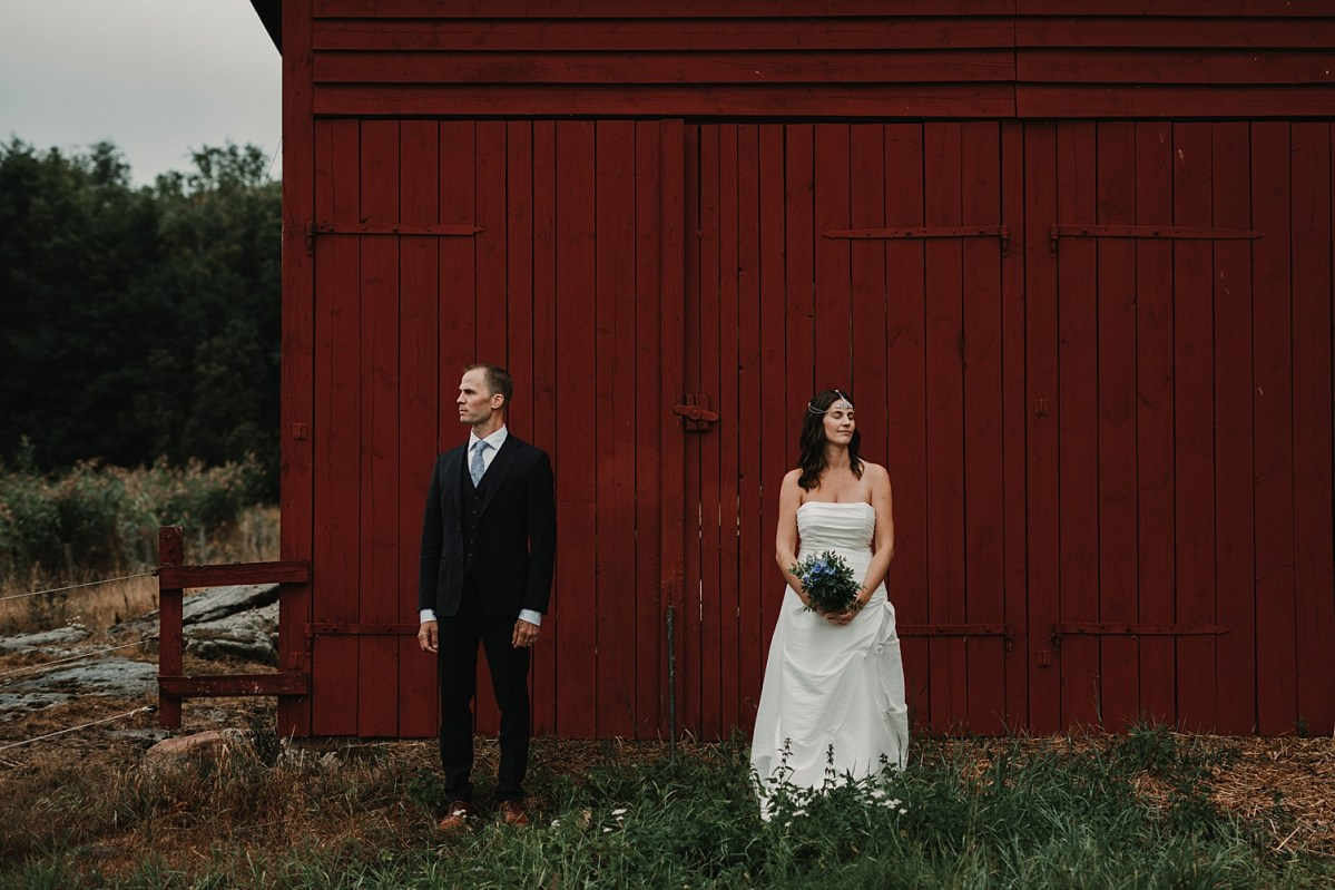 utanför ladan bohemiskt bröllop bröllopsfotograf västra götaland wedding photographer bohemian wedding Sweden outside the barn