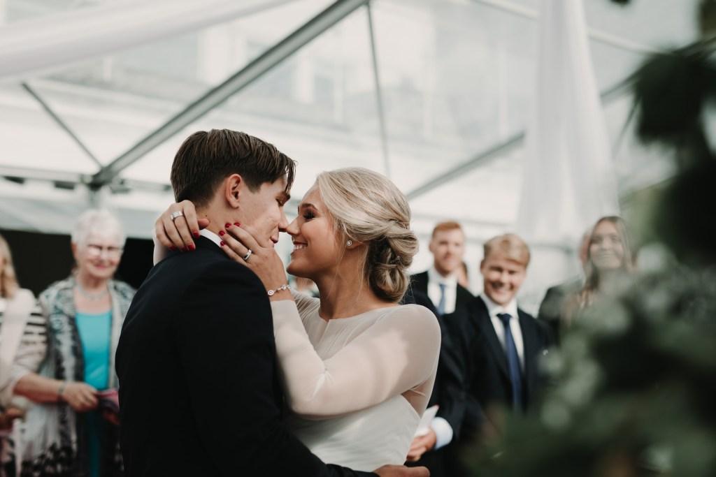 Bröllopsfotograf Göteborg stormigt bröllop Wedding photographer Gothenburg Sweden ceremony kiss