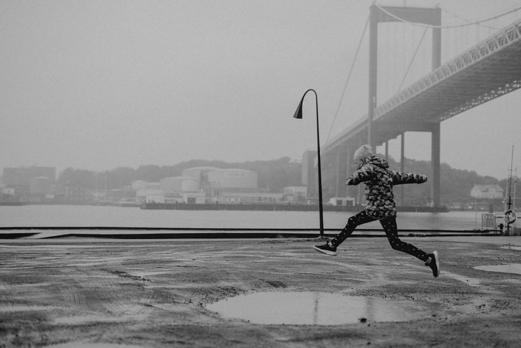 Regning porträttfotografering vid Röda Sten i Göteborg rainy portrait photoshoot