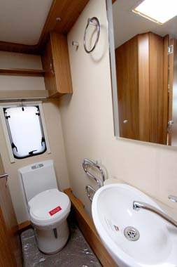 Swift Challenger SE 565 shower room