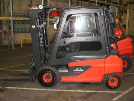 Battery powered fork lift truck