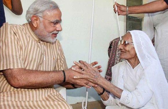 """एक दिवसीय गुजरात दौरे पर अपनी """"मां"""" से मिलने पहुंचे प्रधानमंत्री नरेंद्र मोदी"""