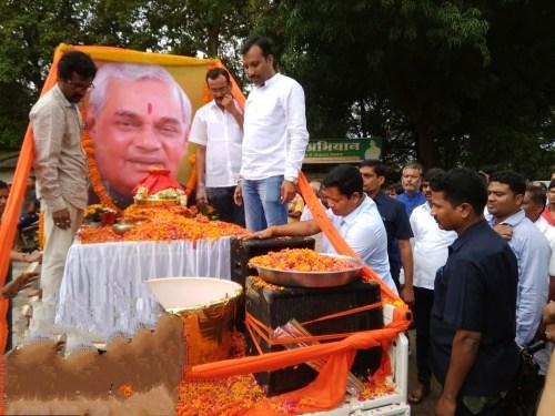 भारतरत्न, पूर्व प्रधानमंत्री स्व. अटल बिहारी वाजपेयी की अस्थि-कलश बीजापुर के नेलसनार पहुँची, श्रद्धांजलि देने उमड़ा जनसैलाब