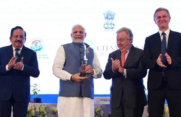 भारत के प्रधानमंत्री 'नरेंद्र मोदी' को पर्यावरण के क्षेत्र में महत्वपूर्ण योगदान के लिए मिला 'चैंपियंस ऑफ द अर्थ' अवॉर्ड, संयुक्त-राष्ट्र के महासचिव ने अवॉर्ड प्रदान कर किया सम्मानित