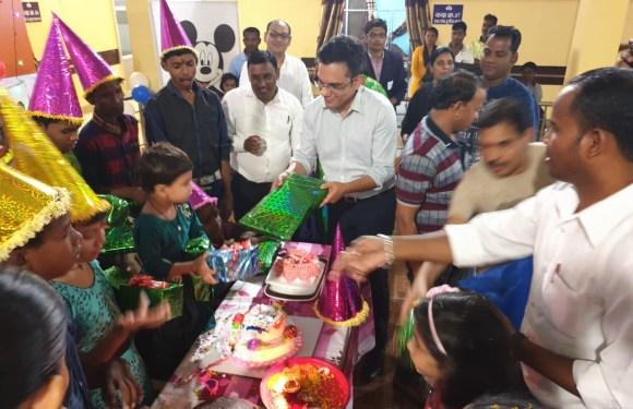 कलेक्टर ने दिव्यांग बच्चों के जन्मदिन में पहुंचकर बढ़ाया उत्साह, 'समक्ष' के बच्चों को बांटा उपहार