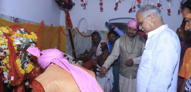 """बस्तर दशहरा की प्रमुख रस्म """"मावली परघाव"""" में शामिल हुए मुख्यमंत्री"""