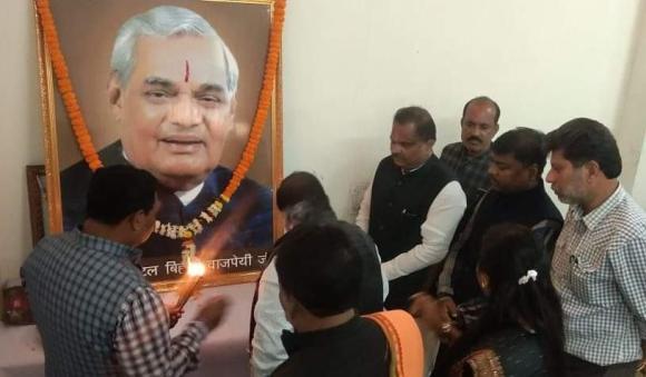 नवनिर्वाचित पार्षदों व जीतने से चूके प्रत्याशियों साथ भाजपा ने मनायी स्व. अटल बिहारी वाजपेयी की जयंती