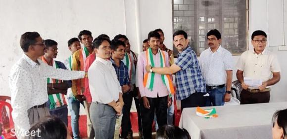 समाजवादी पार्टी के 25 कार्यकर्ता कांग्रेस पार्टी में हुए शामिल, बीजापुर विधायक विक्रम शाह मण्डावी ने कांग्रेस पार्टी का गमचा पहनाकर नव प्रवेशित कार्यकर्ताओं का किया स्वागत