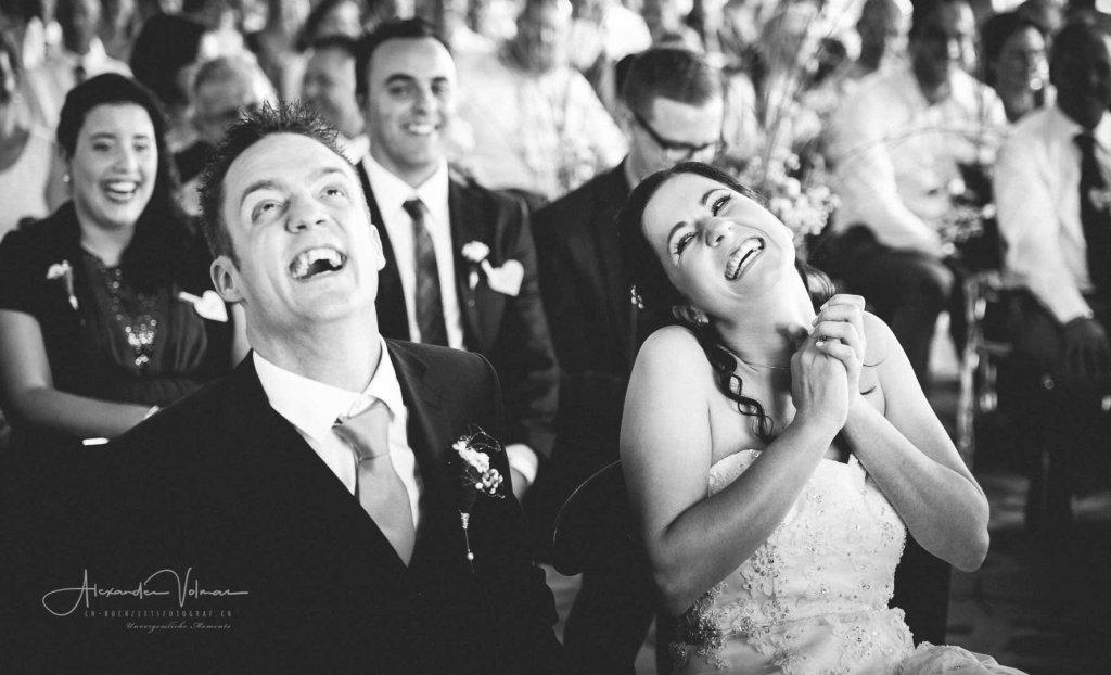 Hochzeitsfotograf erwischt lockere Stimmung des Brautpaares auf Schloss Heidegg