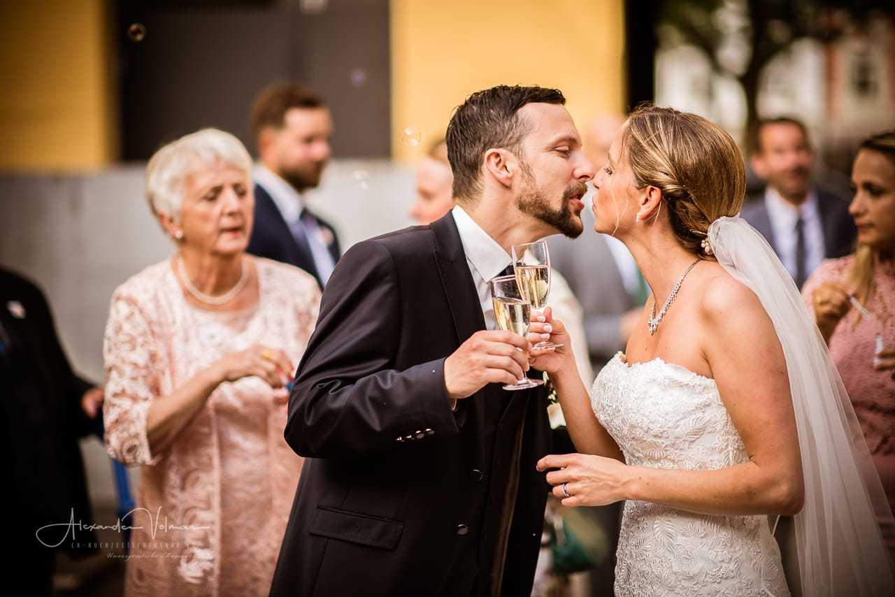 Hochzeitsfotograf fotografiert Empfang Brautpaar in Baden