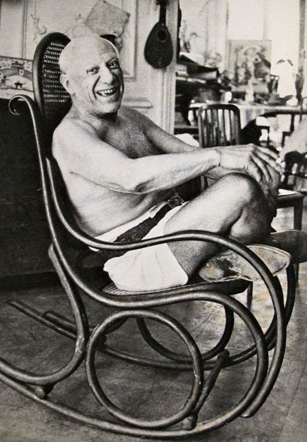 Pablo-Picasso-in-a-Thonet-Chair
