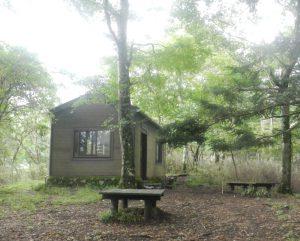 静かなたたずまいの菰釣避難小屋