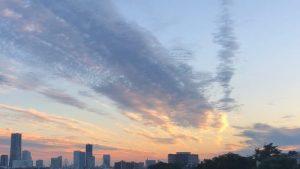 みなとみらい地区の上に拡がる朝日に輝く秋雲