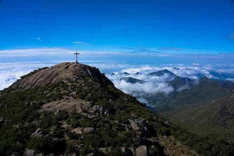pico da bandeira chalé nas montanhas