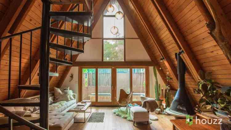 contrastes entre madeira natural e acabamentos em drywall branco.