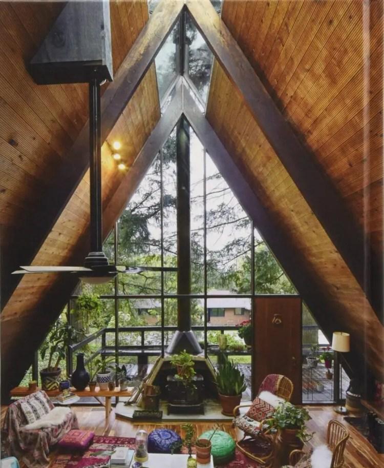 interior valoriza a iluminação natural destacando a lareira moderna.