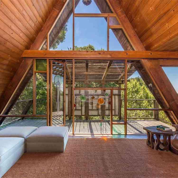 interior com muitas aberturas para luz natural.