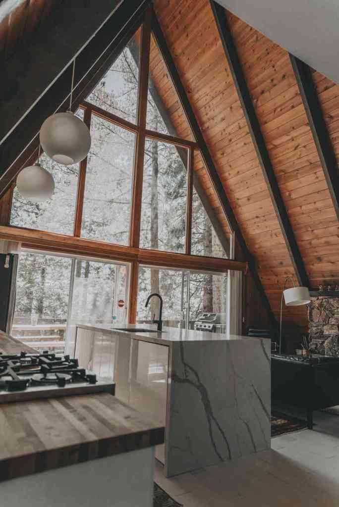 grandes janelas e portas corrediças trazem muita luz para essa ilha na cozinha.
