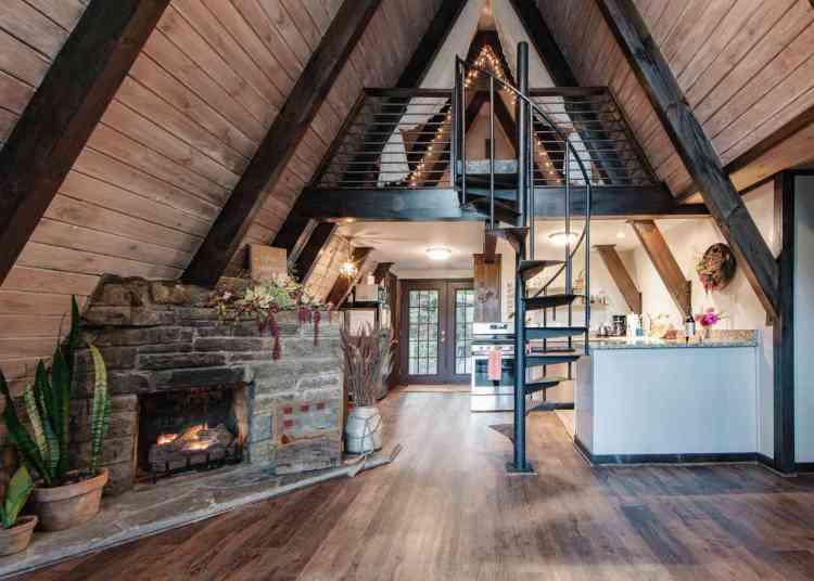 interior rústico com madeiras escuras.