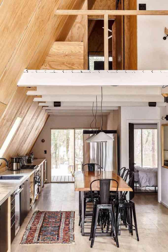 cozinha minimalista com balcão utilizando toda a extensão do chalé.