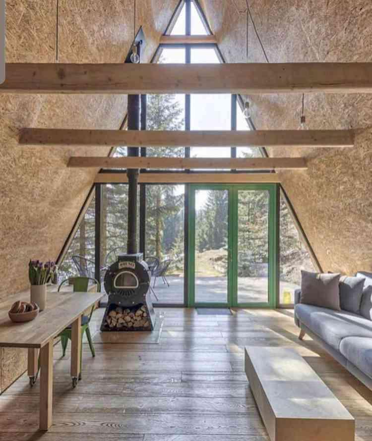 interior minimalista que aposta no contraste do OSB com tons naturais.