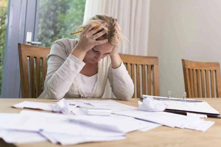 mulher desesperada com os custos de vida tradicionais em comparação aos custos de uma Tiny House