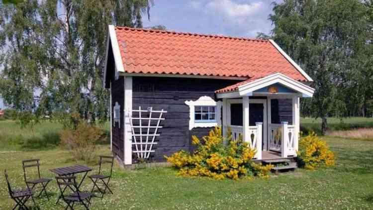 foto de Tiny House de madeira com telhado de telhas de barro