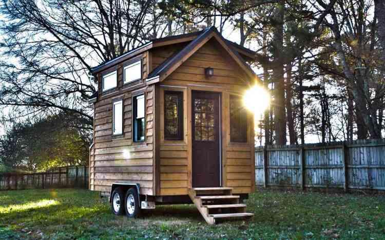 foto de uma tiny house de madeira sobre rodas