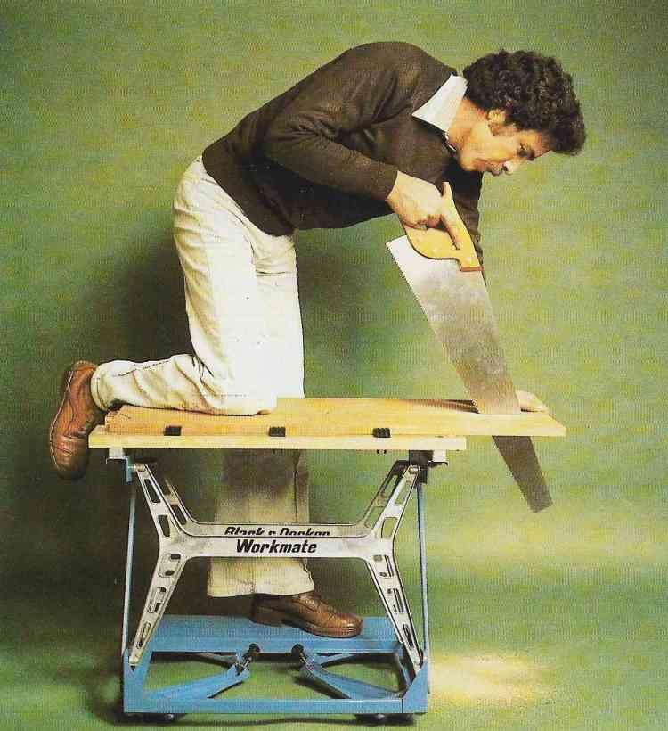 foto de marceneiro realizando cortes com serras e serrotes em 60º