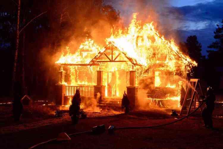 casa de madeira pega fogo