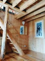 L'escalier au salle de séjour. Stairs to go up to living room