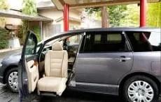 【青山やまと】電動昇降座席付き自動車