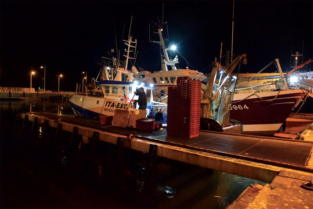 Bateau de pêche sur le quai quai Boulogne-sur-Mer