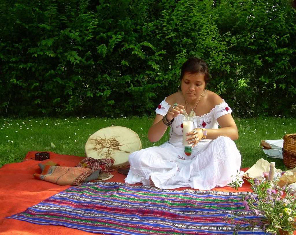 Ana Hatun Sonqo, mujer chamán, realizando ritual en homenaje a la pachamama