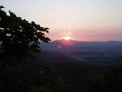 coucher de soleil sur le massif de Tenda dans le nebbio