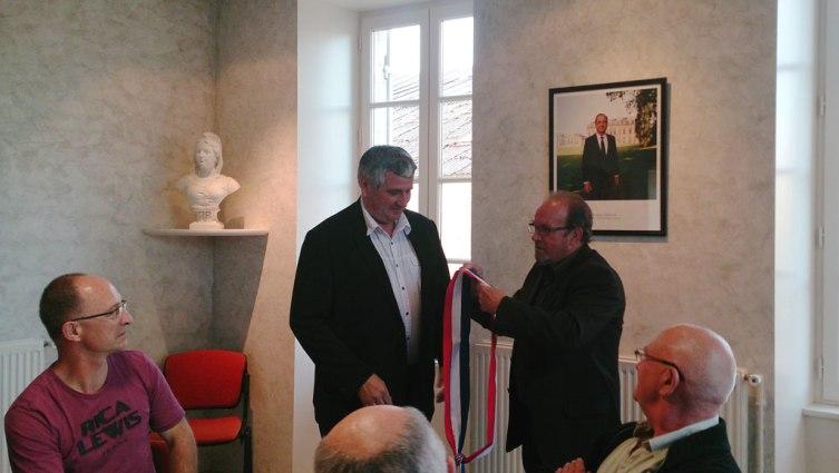 Michel Monier remet l'écharpe tricolore à Roland Clochard