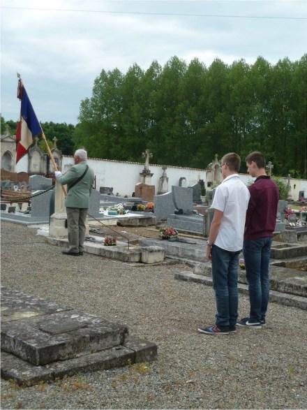 8 Mai 2015 - Porte drapeau et jeunes de la commune