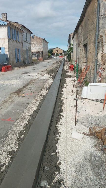 Le caniveau vers la rue du vieux puits